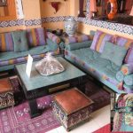 Salon Marocain Bleu ciel avec des touches Mauve et jaune