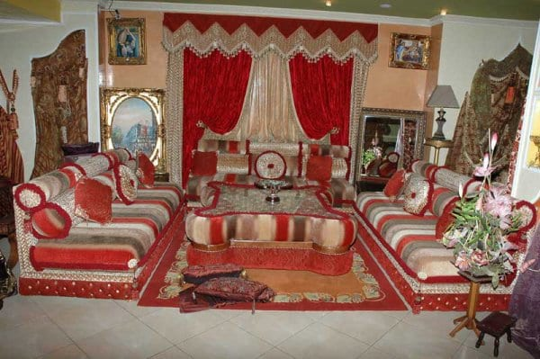Salon marocain traditionnel rouge et blanc cass de le decor maroccain for Decoration salon marocain