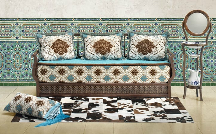 Salon marocain traditionnel marron blanc cass et bleu - Salon jaune et marron ...