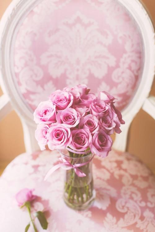 صور جميلة - ورود على الكرسي