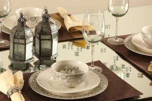 ديكور فضي راقي لتزيين مائدة رمضان