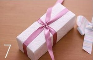 طريقة ربط هدية رأس السنة - الخطوة 7