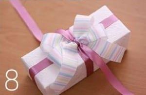طريقة ربط هدية رأس السنة - الخطوة 8